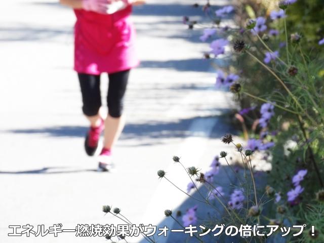 後ろ歩きをしている女性