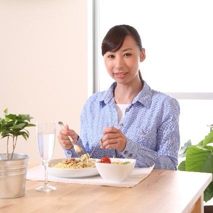 スパゲティーを食べる女性