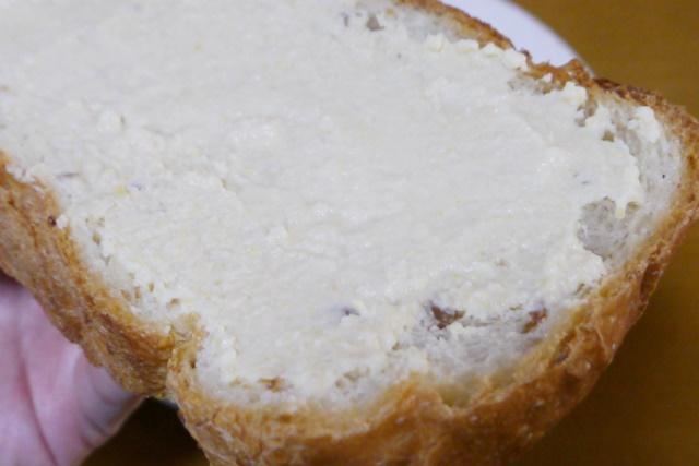 フムスをパンに塗っている様子