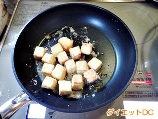 冷凍豆腐を揚げている様子