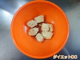 ボールに入れている冷凍豆腐
