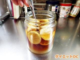 レモン酢をスプーンでかき混ぜている様子
